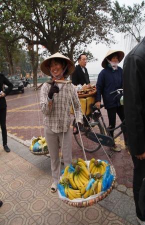 Маленькая женщина в соломенной остроконечной шляпе.