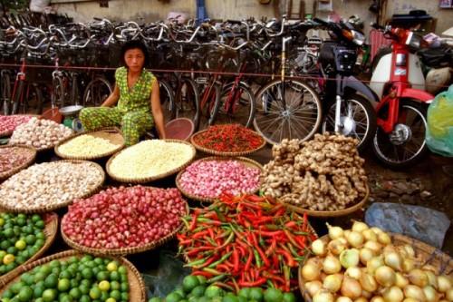 Жемчужина Ханоя - торговый квартал, примыкающий к озеру Возвращенного меча – и, возможно, самый аутентичный Старый город во всей Юго-Восточной Азии. (Streets of Hanoi's Old Quarter)