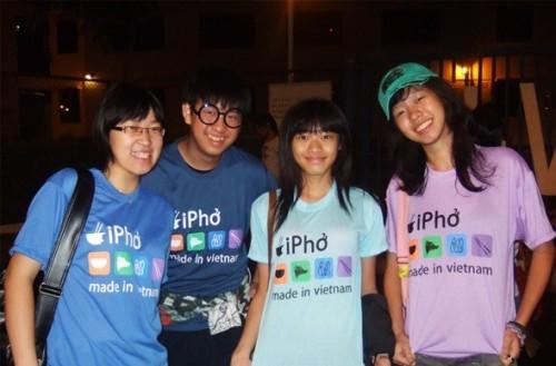 Второй по популярности после плетеной шляпы вьетнамский сувенир – футболка с надписью iPho и разноцветными айфоновскими иконками!