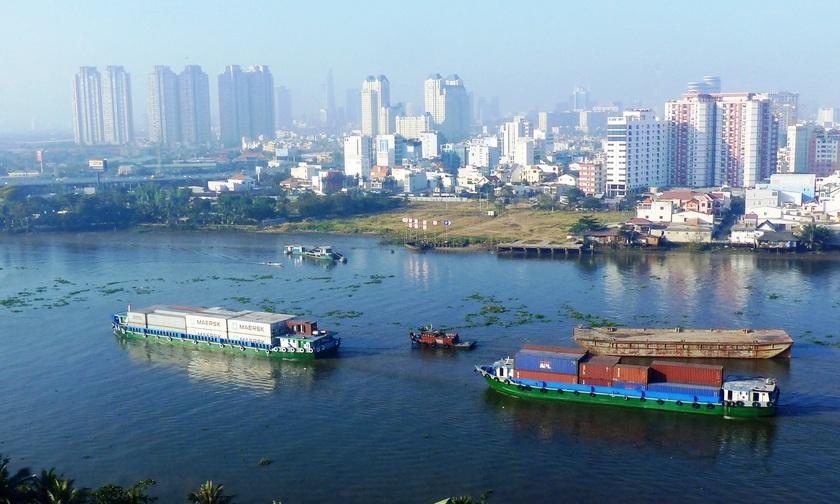 Набережная реки Сайгон с  прогулочными теплоходами, которые днем возят туристов в дельту Меконга. (Saigon River)